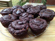 Madame Labriski a 2 ans aujourd'hui! Bonne fête! Pour souligner l'occasion, voici la première recette du blogue de muffinski : le MÉCHANT PLAISIR! Un muffin santé, sans sucre, sans gras ajoutés avec son glaçage sans sucre et sans gras ajoutés pour encore plus de bonheur. QUOI? VRAIMENT? Oh que oui. Un plaisir au chocolat et... Muffin Cups, Sweet Cakes, Muffin Recipes, Mini Cupcakes, Granola, Oreo, Biscuits, Sweet Tooth, Muffins