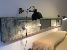 detalle cabezal, hecho de puerta antigua en habitación doble con baño compartido