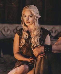 Emilia Clarke as Daenerys Targaryen Emilia Clarke Daenerys Targaryen, Game Of Throne Daenerys, Tatuagem Game Of Thrones, Daenarys Targaryen, Daenerys Targaryen Makeup, Mother Of Dragons, Khaleesi, Celebs, Celebrities