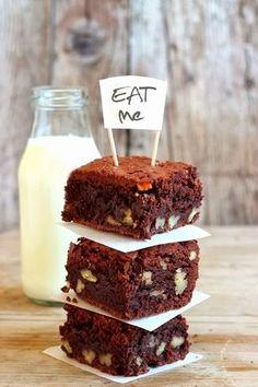 Sembra che il brownie, il dolce di cioccolata e noci, di origine americana, sia stata inventato per caso da una governante che dimenticò...