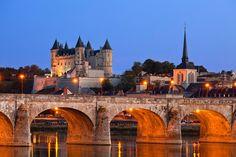 Castillo de Saumur ras su destrucción a finales del siglo XI, Enrique II de Inglaterra lo reconstruyó en el estilo gótico que hoy muestra