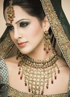 Top 14 Bridal Looks with Latest Bridal Dresses, Make-up and Jewelry Styles ,Sea-green color bridal wear with orange patch border & matching Nageena Jewelry look Hair Jewelry, Wedding Jewelry, Jewelry Sets, Wedding Earrings, Indian Makeup, Indian Beauty, Arabic Makeup, Pakistani Bridal Makeup, Beauty And Fashion