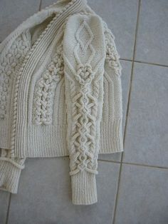 Now that is a cable - knit cable sweatercable knit Could be crochet back or front posts also.Cardigan with cable sleevesThere's no pattern for this. But it's a cable knit with french/nordic knitted I-cord embellishments worked into/atop the cables. Cable Knitting, Vogue Knitting, Knitting Stitches, Hand Knitting, Knitting Patterns, Crochet Patterns, Knit Fashion, Fashion Shoes, Pulls