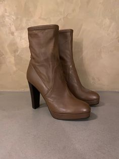 Brand : Sergio Rossi Made in Italy Napa Leather Size: Color : medium brown Heel size : 10 cm Great condition worn a few times ! Leather Booties, Leather Sandals, Metallic Leather, Brown Leather, Sergio Rossi Pumps, Red Louboutin, Napa Leather, Brown Heels, Heeled Boots