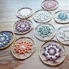 No photo description available. Crochet Earrings Pattern, Crochet Motif, Crochet Doilies, Crochet Flowers, Crochet Patterns, Black Dream Catcher, Dream Catcher Art, Crochet Mandela, Crochet Rings