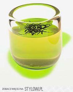 Maseczka z zielonej herbaty    Na rozszerzone pory. 2 łyżeczki herbaty zalać 3 łyżkami wrzątku. Gdy napar przestygnie, dodać łyżeczkę mąki ziemniaczanej, wymieszać. Nałożyć na twarz na 20 min.