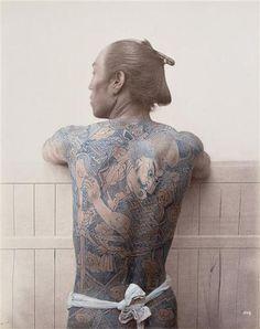 Felice BEATO - Homme tatoué - Extrait de l'album AP 11323 views and costumes of Japon by Stillfried and Andersen, constitué de 101 photographies anciennes sur le Japon. Lieu d'édition : Yokohama.