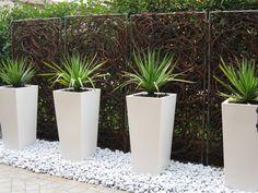 Front Yard Garden Design, Garden Wall Designs, Home Garden Design, Backyard Garden Design, Side Yard Landscaping, Modern Landscaping, Outdoor Planters, Outdoor Gardens, Gardening