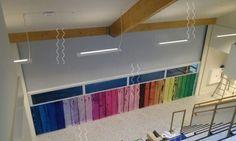 Springplank Heino. Groothuis Bouwgroep VLP. FleQswall, de oprollende gordijnwand berdukt met de kleuren van de school.