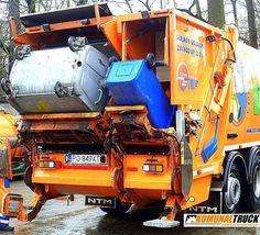 NTM KG2B w ZUZ Poznań oddział Szprotawa do transportu segregowanych śmieci. Lewa strona przeznaczona jest do jednorazowego załadunku pojemników od 110 do 360 litrów lub kontenerów 660 do 1100 a prawa do koszy od 110 do 360 litrów. Dwa urządzenia zasypowe mogą pracować niezależnie a odpady trafiają do odseparowanych od siebie komór. Model NTM KG-2B ma także osobne płyty prasujące w odwłoku i wypychowe w podzielonym na dwie części zbiorniku 70/30 co pozwala na zbiórkę i wyładunek różnych…
