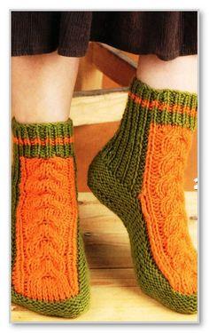 Вязание спицами. Двухцветные носки с косами. Размеры: 37-38