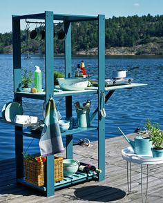 Zelf maken: stellingkast wordt buitenkeuken / DIY: Make an outside kitchen using storage shelving from Ikea (or another brand). This is not only awesome for outside in the garden but for at the camping. It would also make a handy potting table/cabinet.