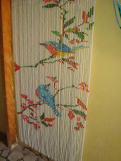 cortina confeccionada com continhas plásticas.  Preço válido para a medida de 85cm x 195cm, para outros tamanhos, por favor consulte.  Estampa sujeita a disponibilidade de material.  Poderá ser solicitada a mudança das cores, desde que haja disponibilidade das mesmas.  Este tamanho é para portas ...