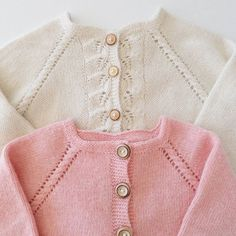 • F r o n t  S i d e s • Plain-Jane and her slightly more detailed littlesister #fusionknit #rilletrøje #rillejakke med #høstløv #northernchild_knits #strikkemamma #hjemmestrik #knitinspo123 #knitted_inspiration #knitpics #knitforkids #i_loveknitting #barnestrikk