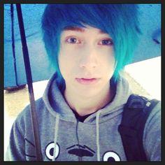 Resultado de imagem para cute emo boy with blue hair Cute Emo Guys, Hot Emo Boys, Emo Girls, Cute Boys, Emo Scene Hair, Emo Hair, Boys Blue Hair, Emo People, Scene Guys