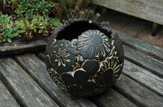 Pflanzkugel-Patchwork-beige-groß von Kunst-und-Keramik auf DaWanda.com Moon Jar, Black Clay, Clay Crafts, Pottery Art, Crafting, Beige, Etsy, Scrappy Quilts, Templates