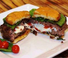 Esse hambúrguer recheado ficaria ótimo para o almoço de família, em? É só montar o hambúrguer com um queijo de sua preferência e atacar o lanche!