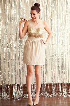 Золотое блестящее платье подружки невесты и фон для фотосессии золотой на свадьбе - The-wedding.ru