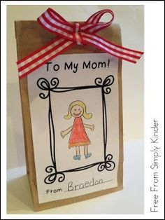 Mother's Day Card / Gift Bag Freebie – Simply Kinder - TechUve Photos Mothers Day Crafts For Kids, Fathers Day Crafts, Mothers Day Cards, Mother Day Gifts, Kindergarten Crafts, Classroom Crafts, Preschool Crafts, Mother's Day Activities, Holiday Activities