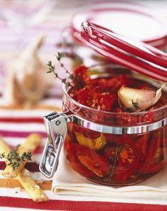 Záplava paradajok: 5 geniálnych tipov, ako ich spracovať - Pluska.sk Album Photo En Ligne, C'est Bon, Culinary Arts, Food Preparation, Moscow Mule Mugs, Preserves, Pickles, Salsa, Food Photography