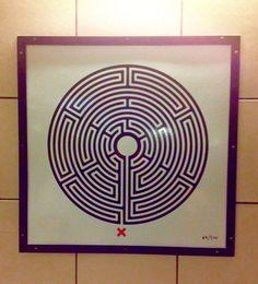 イギリスのコンセプチャルアーティストのマーク・ウォーリンガーの作品。ロンドンのあちこちの地下鉄の駅に掲げられている。気をつけなければ忘れて見落としてしまう。ふっとサブコンシャスに入ってくるような作品。