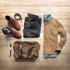 Pantalón negro.. camisa gris suéter beige y zapatos y correa caramelo
