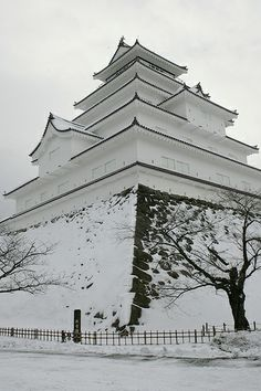Tsuruga-jo Castle ( Aizu-Wakamatsu Castle ) in snow, Fukushima, Japan - snow is the frozen version of the water element - such a pretty serene picture. Japanese Castle, Japanese Temple, Beautiful Castles, Beautiful Places, Photo Chateau, Monuments, Winter In Japan, Famous Castles, Fukushima