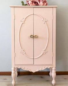 Armoire Exterior Chalk Paint® in Antoinette and the interior of the piece with green, Lem Lem. Perfect for a pretty vintage bedroom! Painted Sofa, Painted Armoire, Upcycled Furniture, Shabby Chic Furniture, Pink Furniture, Diy Custom Closet, Painted Wardrobe, Annie Sloan Paints, Chalk Paint Furniture