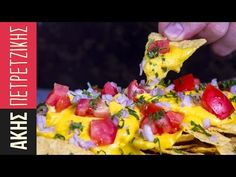 Nachos with cheddar sauce by Greek chef Akis Petretzikis. A quick, easy and delicious cheddar sauce recipe for nachos that will delight both adults and kids! Chef Recipes, Greek Recipes, Sauce Recipes, Easy Recipes, New Years Eve Food, What To Cook, Nachos, Finger Foods, Cheddar
