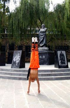 Martial Arts | SHAOLIN 少林功夫 Holy crap... got to try to do THAT!... Without getting sent to the E.R. lol