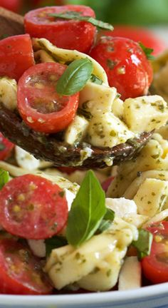 in 20 minutes and with just 4 ingredients, this Caprese Tortellini Salad Recipe will be the hit of every summer party.Ready in 20 minutes and with just 4 ingredients, this Caprese Tortellini Salad Recipe will be the hit of every summer party. Pasta Salad With Tortellini, Best Pasta Salad, Cheese Tortellini, Spaghetti Salad, Caprese Pasta Salad, Pesto Pasta, Healthy Recipes, Vegetarian Recipes, Cooking Recipes