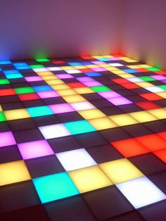 Art contemporain polonais : Piotr Uklanski, 1996, Untitled (Dance Floor), installation, 1990s, damier, multicolore