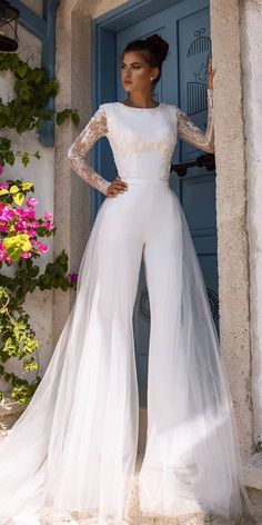 27 Wedding Pantsuit & Jumpsuit Trendy Ideas We offer to consider wedding pantsuit, which are so original. These pantsuits are ceremonial and feminine. Here are some modern designs to impress you! Jumpsuit For Wedding Guest, Wedding Pantsuit, Wedding Jumpsuit, Turtleneck Wedding Dress, Cheap Wedding Dresses Online, Long Wedding Dresses, Tulle Wedding, Wedding Reception, Mermaid Wedding
