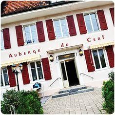 Auberge du Cerf, www.aubergeducerf.upps.ch, Die Auberge du Cerf bietet saftige Fondues, entdecken Sie auch die Tartare, oder das saftige Fleisch auf Schiefer. Das Hotel bietet auch eine Auswahl an Fleisch und Fisch sowie ein tägliches Mittagessen.  Verpassen Sie nicht die Buchung Ihres Jahresabends, da der Hirsch in seinem großen Bankettsaal Platz für bis zu 150 Personen bietet.