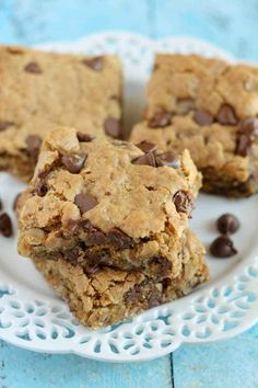 Healthy Peanut Butter Chocolate Chip Oatmeal Bars - These bars are loaded with peanut butter, oats, and other good for you ingredients. Perfect for a quick and healthy snack! Oatmeal Bars Healthy, Peanut Butter Oatmeal Bars, Healthy Peanut Butter, Healthy Snack Bars, Oatmeal Breakfast Bars, Baked Oatmeal, Healthy Sweet Treats, Healthy Baking, Healthy Desserts