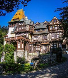 The Pelisor Castle in Sinaia, Romania. : The Pelisor Castle in Sinaia, Romania. Beautiful Castles, Beautiful Buildings, Beautiful World, Beautiful Places, Beautiful Pictures, Medieval Houses, Medieval Castle, Places Around The World, Around The Worlds