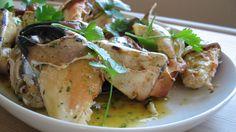 Lag marinade med 2dl olje og disse krydderiene og en klatt smør og legg knuste krabbeklør i denne før grilling. Blir helt magisk!