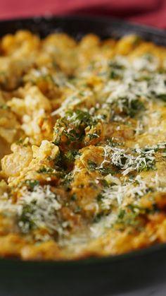Você vai fazer o maior sucesso com essa receita prática e fácil de arroz de forno cremoso de camarão!