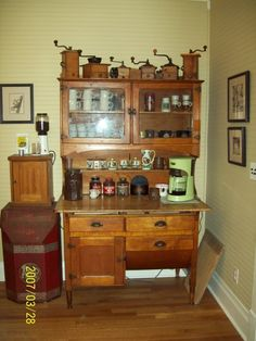decorate with vintage coffee grinder! My Oma collected the coffee grinders in the bot … – Style Of Coffee Bar In Kitchen Coffee Bar Station, Coffee Station Kitchen, Coffee Stations, Retro Cafe, Antique Coffee Grinder, Coffee Grinders, Mini Cafeteria, Antique Hoosier Cabinet, Coffee Corner