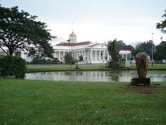 Dit prachtige paleis is gelegen in de Botanische tuin van Bogor op Java. Het paleis is helaas niet open voor publiek maar de tuin wel.