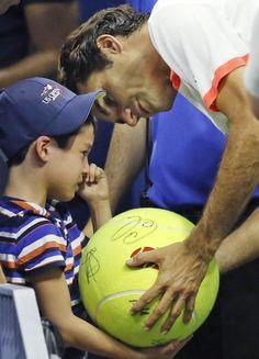08.09 Roger Federer a ému un jeune fan à l'US Open après sa victoire en trois sets en huitièmes de finale contre l'Américain John Isner.Photo: AP/Kathy Willens