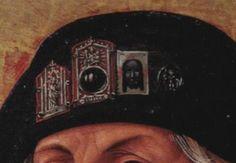 Drei Pilgerzeichen und eine auf Pergament gemalte Vera Ikon an einem Pilgerhut. Die zwei linken Gittergüsse sind mit rotem Papier bzw. Stoff hinterlegt. Detail, St. Sebald als Pilger, Nürnberg