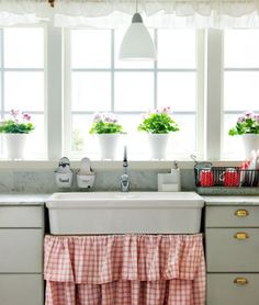 Cute Cottage kitchen - with lots of light Rustic Kitchen, Country Kitchen, Rustic Farmhouse, Vintage Kitchen, Kitchen Decor, Kitchen Styling, Kitchen Sink, Country Sink, Farmhouse Sinks