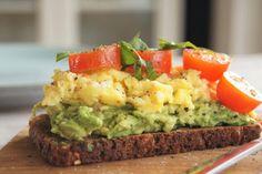 Ristet rugbrød med røræg og avocado Clean Recipes, Easy Healthy Recipes, Healthy Cooking, Vegetarian Recipes, I Love Food, Good Food, Food Porn, Vegetarian Breakfast, Sandwiches