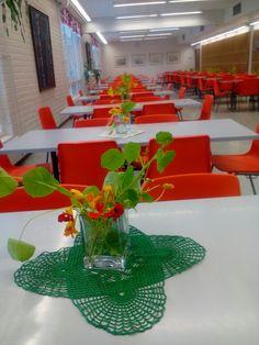 Krassit Rantasalmen koulun ruokasalissa asiakkaita ilahduttamassa.