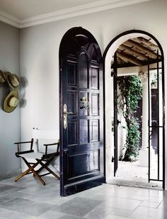 I want this front door! greige: interior design ideas and inspiration for the transitional home : Dark trimmed windows and doors. Style At Home, Exterior Design, Interior And Exterior, Interior Modern, Kitchen Interior, Room Interior, Interior Ideas, Interior Decorating, Balkon Design