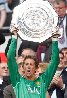 Edwin van Der Sar with the 2007 Community Shield I Love Manchester, Manchester United Images, Manchester United Players, Sharon Jones, Community Shield, Bristol Rovers, Pier Paolo Pasolini, Famous Sports, Premier League Champions