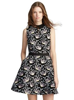 Launched in 2013 by Han Chong, the uncontested master of femininity, Self-Portrait is a true fashion phenomenon. The poetry, sophistication and dreamlike style of the Malaysian-born designer is expressed through this floral guipure dress that emanates absolute elegance. - Fit and flare silhouette - Floral guipure lace with full black lining - Hidden zip closure at back - Contrasting retro collar, grosgrain ribbon at the waist The model is wearing size 4 Length: 85cm, from the top of the…