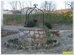 Valensole.  Petit puits dans un jardin, près du prieuré Saint-Maxime.