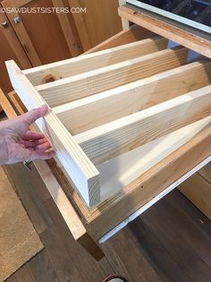 Super Easy DIY Drawer Divider Insert Custom and removable wooden DIY drawer divider inserts to help keep the chaos contained. Turn a junk drawers into a clean, organized space! Diy Drawers, Wood Drawers, Cute Dorm Rooms, Cool Rooms, Diy Drawer Dividers, Draw Dividers, Drawer Inserts, Do It Yourself Decoration, Ideas Para Organizar